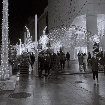GALERIE FOTO: În lipsa Târgului de Crăciun, craiovenii s-au îmbulzit la luminițe