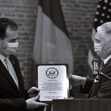 """Ambasadorul Zuckerman i-a acordat o diplomă onorifică lui Ludovic Orban pentru """"lupta împotriva traficului de persoane"""""""
