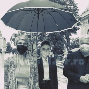 Raluca Turcan nu-și ține singură umbrela. Are om pentru asta…